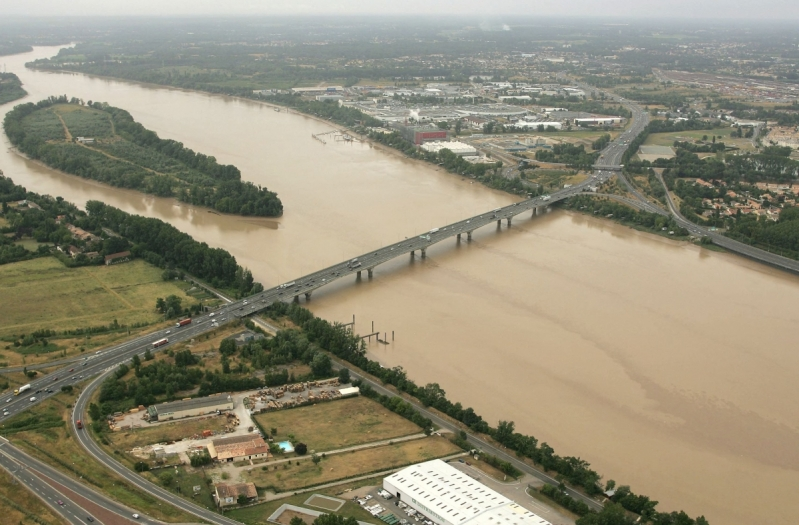 1575804_photo-aerienne-pont-arcins_800x525p